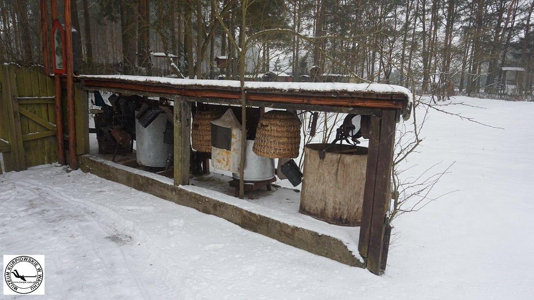 Wirówki do miodu, kuszki, odymiacze do pszczół, maski pszczelarza w Muzeum Kurpiowskim w Wachu