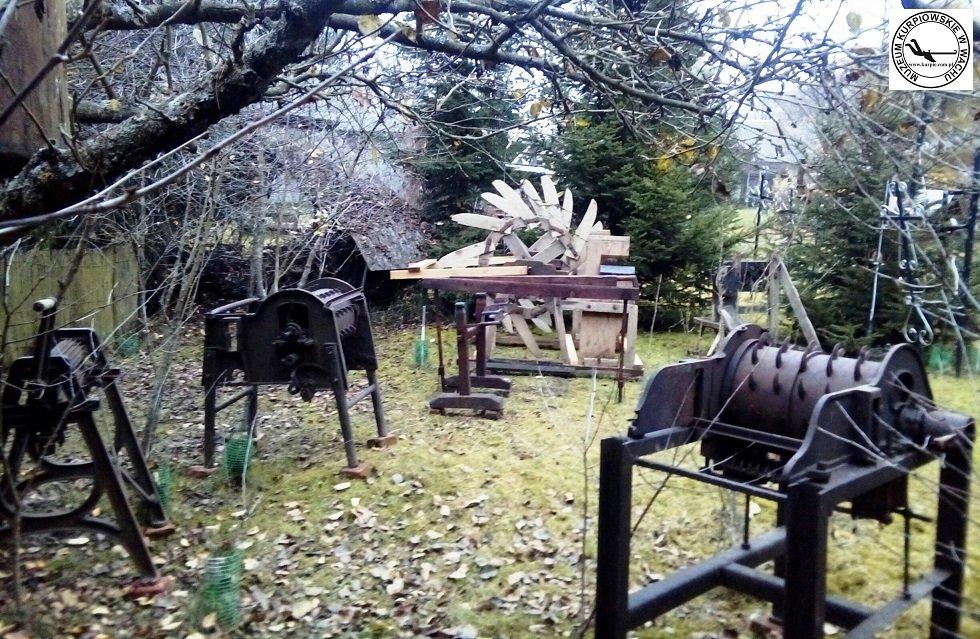 Maszyny do czesania i łamania słomy lnianej i konopnej Muzeum Kurpiowskie w Wachu