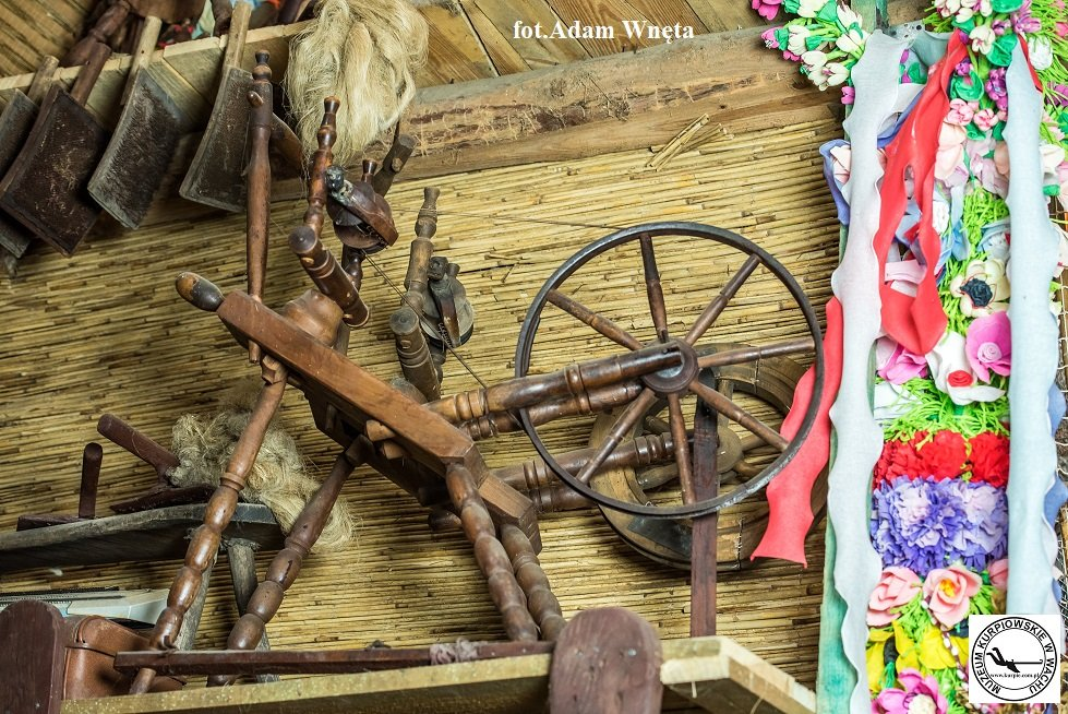 Kołowrotek tkacki - kołko Muzeum Kurpiowskie w Wachu