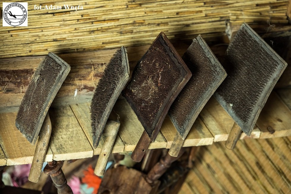 Szczotki do czesania wełny Muzeum Kurpiowskie w Wachu