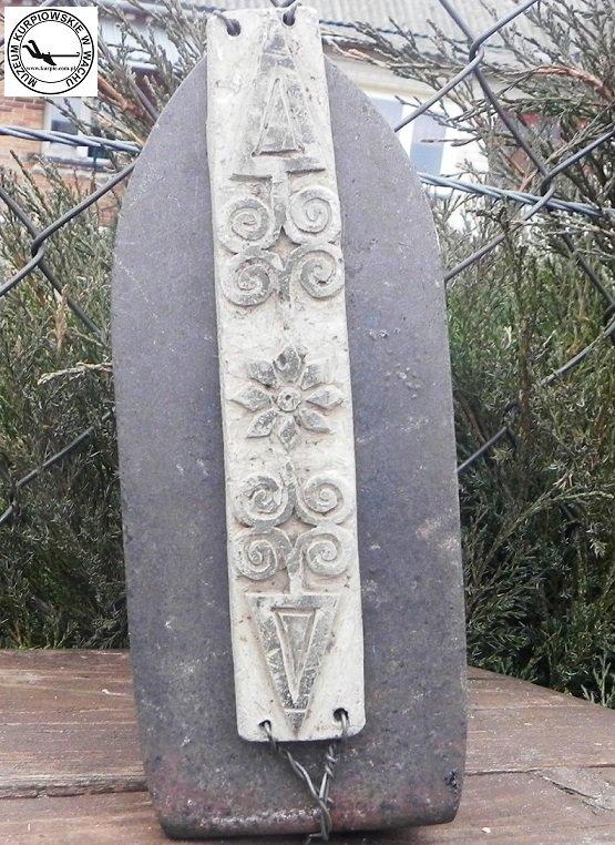 Aluminiowy rzeźbiony wzornik do wypalania na słomiankach Muzeum Kurpiowskie w Wachu