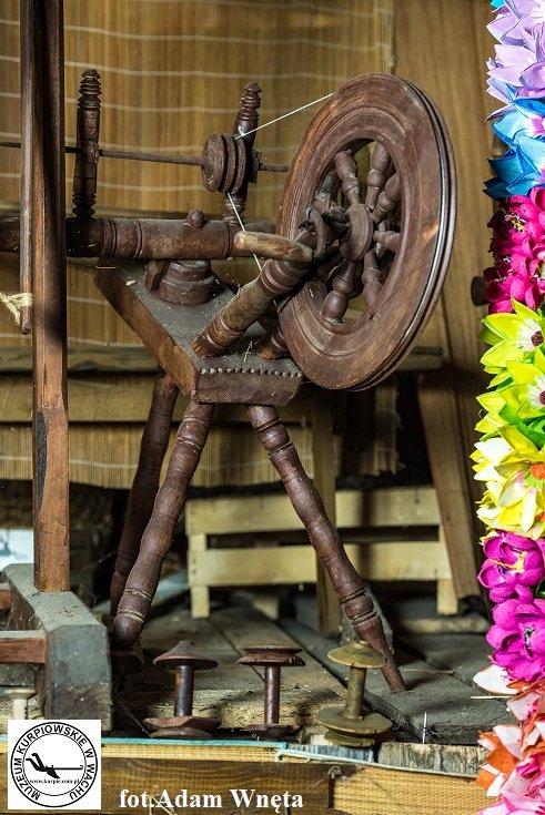 Szpulowak - kołowrotek do nawijania szpulek Muzeum Kurpiowskie w Wachu