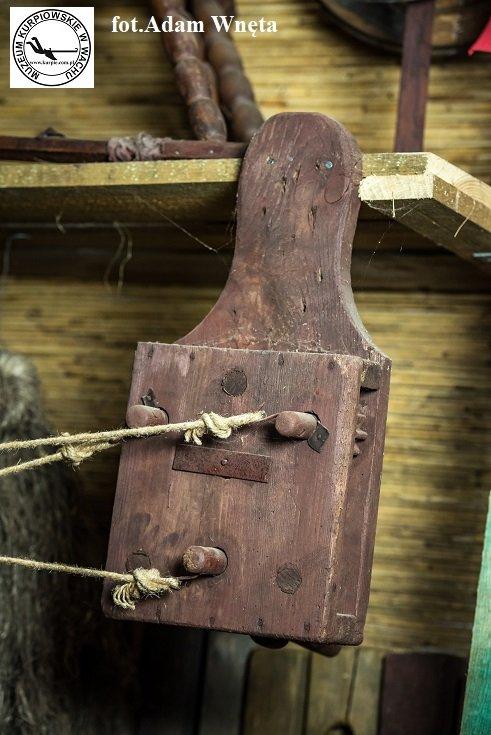 Bloczek do kręcenia sznura Muzeum Kurpiowskie w Wachu