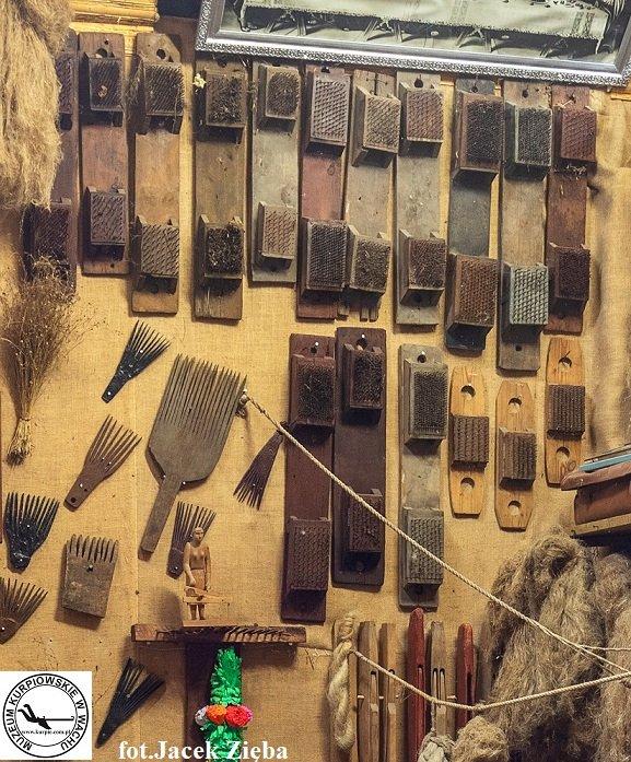 Szczotki do lnu i konopi oraz grzebienie do zrywania nasion Muzeum Kurpiowskie w Wachu