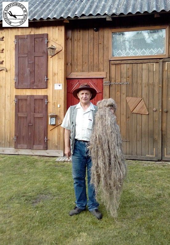 Zdzisław Bziukiewicz z włóknem konopnym Muzeum Kurpiowskie w Wachu