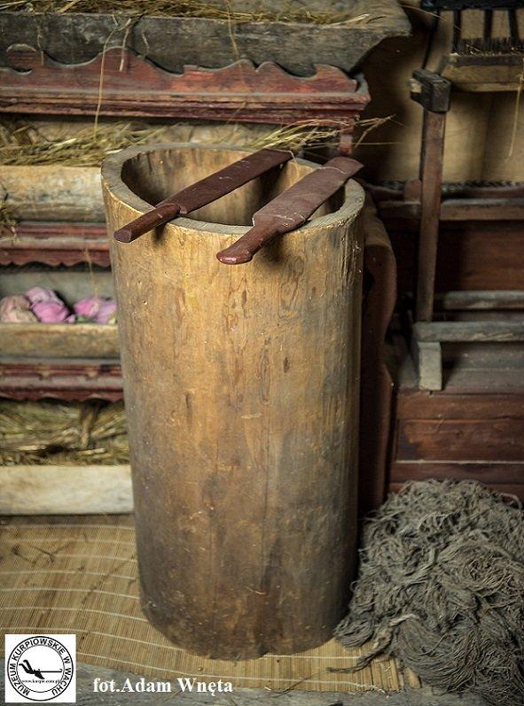 Kadłubek i klepace do usuwania paździerzy Muzeum Kurpiowskie w Wachu