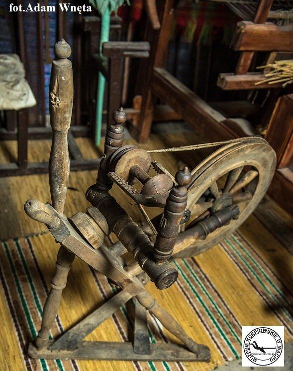 Kołko - kołowrotek tkacki Muzeum Kurpiowskie w Wachu